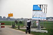 Nederland, Nijmegen, 3-4-2012Bouwplaats aan de westrand van Nijmegen waar men werkt aan de aanleg van een nieuwe waalbrug, de stadsbrug, die Nijmegen verbindt met het stadsdeel Lent en oosterhout aan de andere kant van de rivier. Hij gaat de oversteek heten.De brug is een ontwerp van de Belgische architecten Ney en Paulissen.Foto: Flip Franssen/Hollandse Hoogte