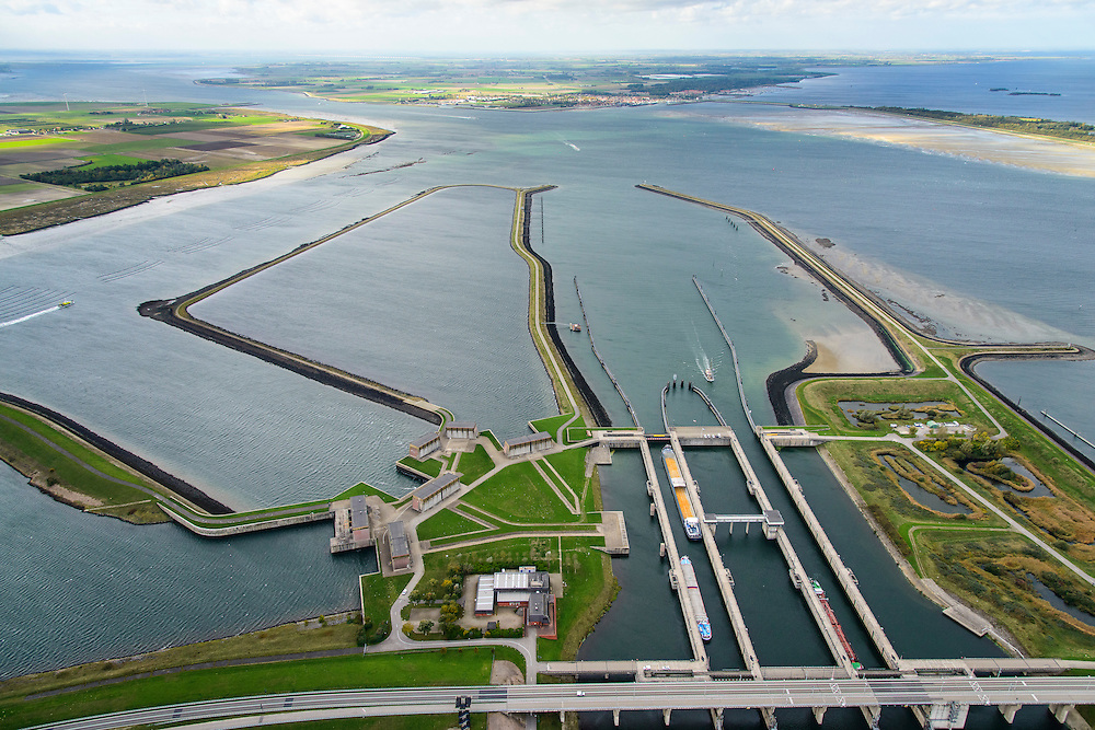 Nederland, Zeeland, Philipsdam, 23-10-2013; Krammersluizen onderdeel van de Schelde-Rijnverbinding. De sluizen bevinden zicht tussen het zoete water van het  Volkerak en het zoute water de Oosterschelde (via de Krammer). Autoverkeer rijdt over de N257. Grevelingendam in de achtergrond.<br /> Philipsdam with Krammersluizen, part of the Delta Works.<br /> luchtfoto (toeslag op standaard tarieven);<br /> aerial photo (additional fee required);<br /> copyright foto/photo Siebe Swart.
