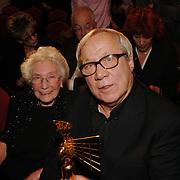 NLD/Bussum/20051212 - Uitreiking Gouden Beelden 2005,  Piet Römer en partner Penina Siebers