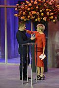 Musical Awards 2013 in de TheaterHangaar in Katwijk.<br /> <br /> Op de foto:  Award voor Beste Mannelijke Hoofdrol Klein - Alex Klaasen (Woef Side Story)  uit handen van  Vera Mann