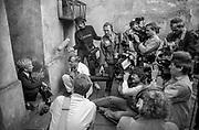 Spotkanie z dziennikarzami Erica Stroma, dziedziniec synagogi Tempel, Kraków, 8 września 1985 roku.