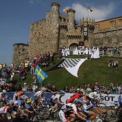 27-09-2014: Wielrennen: WK weg vrouwen: Ponferrada <br /> WIELRENNEN PONFERRADA SPAIN ROAD RACE<br /> Peloton at the Tempelair Castle