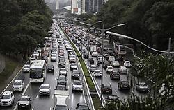 August 17, 2017 - Com a pista molhada, o trânsito ficou lento causando congestionamentos na tarde desta quinta-feira (17). Na Av.23 de Maio. (Credit Image: © Bruno Rocha/Fotoarena via ZUMA Press)