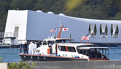 US-Präsident Barack Obama und Japans Premier Shinzo Abe beim Gedenken an die Opfer des japanischen Angriffs auf Pearl Harbor vor 75 Jahren / 271216<br /> <br /> <br /> <br /> ***A boat carrying U.S. President Barack Obama and Japanese Prime Minister Shinzo Abe heads to the USS Arizona Memorial (rear) at Pearl Harbor in Hawaii on Dec. 27, 2016. The two leaders commemorated those who died in the Japanese surprise attack there in 1941.***