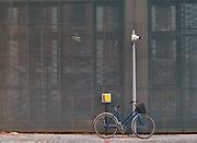 Kraków, 2018-08-29. Zabłocie - zaniedbana do niedawna prawobrzeżna dzielnica Krakowa, aktualnie jeden z najbardziej dynamicznie rozwijających się obszarów Krakowa. Rewitalizacja i rosnący prestiż tego miejsca, powoduje, że Zabłocie stało się atrakcyjnym terenem dla deweloperów, inwestorów, mieszkańców jak również dla ludzi kultury i sztuki.Powstają tu modne restauracje i puby a mieszkańcy Krakowa coraz częściej wybierają Zabłocie jako miejsce zamieszkania i wypoczynku zamiast ciasnego Starego Miasta Kazimierza.