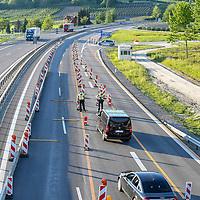 18.05.2020, Grenze A96, Lindau, GER, Coronavirus, Grenzkontrollen im Westallgäu, seit dem 20.03.2020 ist der Grenzübertritt an der Landesgrenze zu Österreich nur noch an bestimmten Grenzübergangsstellen möglich<br /> im Bild am Grenzübergang Lindau-Hörbranz auf der Autobahn A96 finden Grenzkontrollen statt<br /> <br /> Foto © nordphoto / Hafner