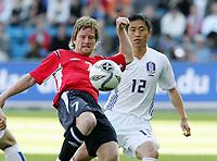 Fotball / Football<br /> Privatlandskamp / Friendly match<br /> Norge v Sør-Korea 0-0<br /> Norway v Korea Republic 0-0<br /> 01.06.2006<br /> Foto: Morten Olsen, Digitalsport<br /> <br /> Fredrik Strømstad<br /> Young-Pyo Lee