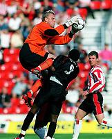Fotball. Premiere League. 21.09.2002.<br /> Southampton v Charlton.<br /> Antti Niemi, Southampton og Jason Euell, Charlton.<br /> Foto: Andrew Cowie, Digitalsport