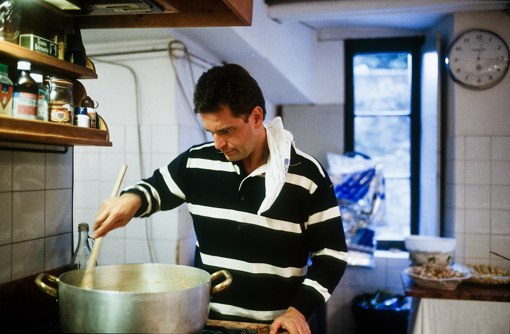 21 MAY 2000 - Garda (VR) - Gianluca Rana, industriale della pasta, nella cucina di casa.