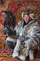 Mongolie, province de Bayan-Olgii, Yerkhalym, chasseur à l'aigle Kazakh // Mongolia, Bayan-Olgii province, Yerkhalym, Kazakh eagle hunter with his Golden Eagle