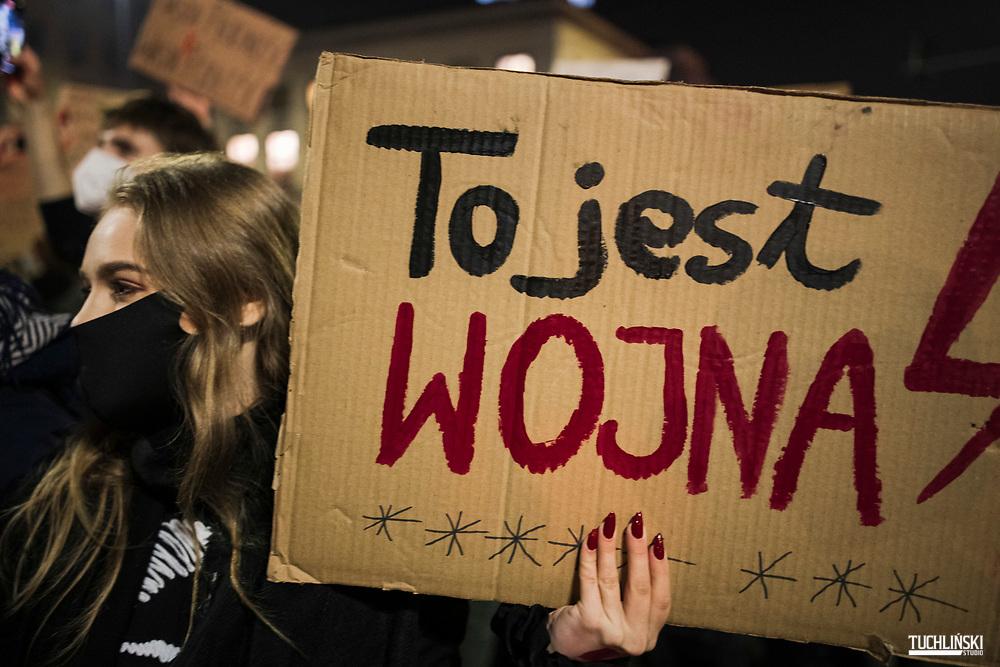 Warszawa, Polska. 28.10.2020r.<br /> Strajk Kobiet, Prostesty przeciw decyzji Trybunłu Przyłębskiej w sprawie zakazu aborcji. N/z uczestnicy protestu.<br /> Fot Adam Tuchliński/ Tuchliński Studio