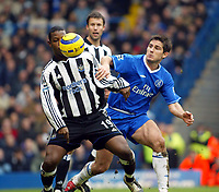 Fotball<br /> England 2004/2005<br /> Foto: SBI/Digitalsport<br /> NORWAY ONLY<br /> <br /> Chelsea v Newcastle United<br /> Barclays Premiership. 04/12/2004<br /> <br /> Titus Bramble of Newcastle and Frank Lampard of Chelsea battle for the ball