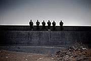 Ishinomaki  Chant bouddhiste face à la mer  11 mars 2012 14:46.Le 11 mars 2012 à 14h46, un an après le séisme, la sirène retentit dans la ville. Tout le japon est à larrêt pour une minute commémorative. Sur la barrière anti-tsunami, des bonzes chantent une prière face a la mer.