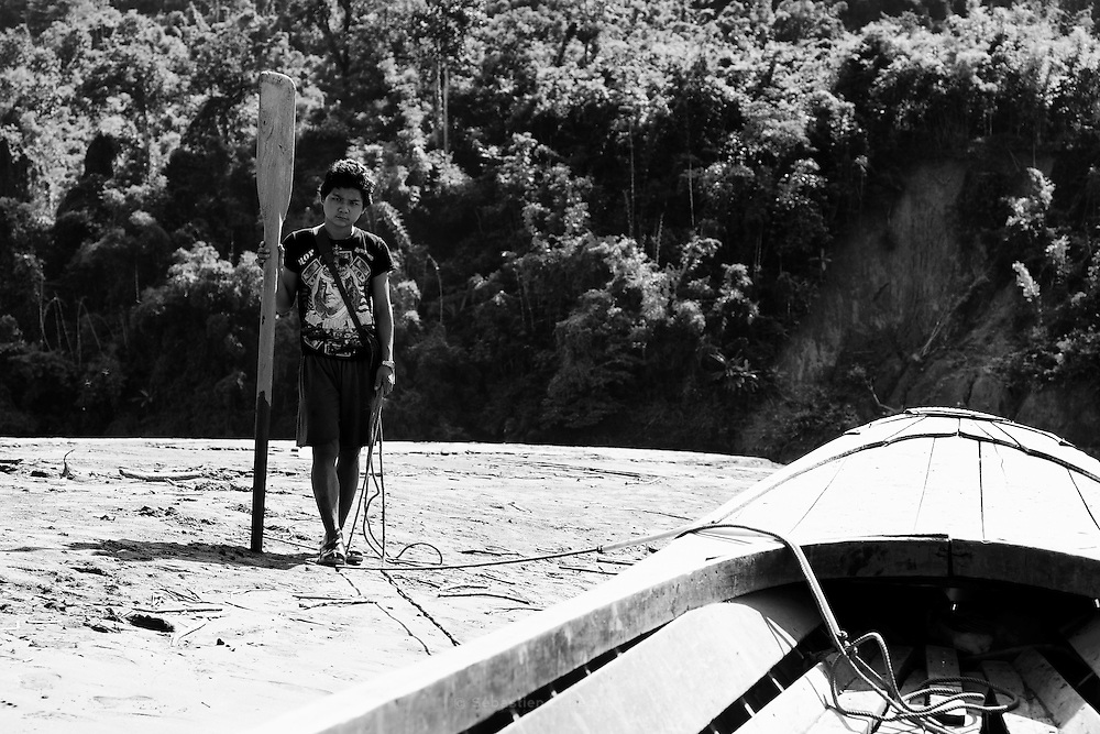Thailand, Salween river  Pochi, a young Karean with a row near the front of the long tail boat  FR   Pochi, un jeune Karen avec une rame à cote de lavant de lembarcation.