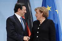 09 JAN 2007, BERLIN/GERMANY:<br /> Dr. Jose Manuel Barroso (L), Praesident der Europaeischen Kommission, und Angela Merkel (R), CDU, Bundeskanzlerin, verabschieden sich nach einer Pressekonferenz, nach der gemeinsamen Kabinettsitzung des Bundeskabinetts und der Kommission der Europaeischen Kommission, Bundeskanzleramt<br /> IMAGE: 20070109-02-062<br /> KEYWORDS: Dr. José Manuel Barroso, handshake