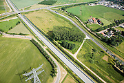 Nederland, Gelderland, Bemmel, 28-06-2006; luchtfoto (25 procent  toeslag de Betuweroute (links) loopt vanaf Rotterdam parallel aan de A15,  maar na het knooppunt Ressen (tussen Nijmegen en Arnhem) vlak voor Bemmel, gaat de A15 over in tweebaansweg die na 2 kilometer geheel stopt (midden boven in beeld op termijn zal de A15 vermoedelijk doorgetrokken worden, richting Duitsland; links de verlegde Dikselsestraat;.Betuwelijn, landschap, milieu, transport, verkeer en vervoer, vrachtvervoer, logistiek, infrastructuur, mobiliteit, landschap, planologie; .zie ook andere foto's van deze lokatie (lucht en panorama deel van de serie Panorama Nederland.luchtfoto (toeslag aerial photo (additional fee required .foto Siebe Swart / photo Siebe Swart