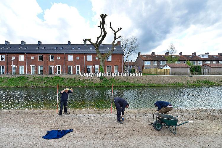 Nederland, Arnhem, 25-4-2017In de wijk Malburgen in Arnhem Zuid worden veel huurhuizen vervangen door nieuwbouw. Een hoveniersbedrijf plant nieuwe planten aan bij een vijver. De oude sociale woningen stammen uit de vijftiger en zestiger jaren en zijn aan vervanging toe.Foto: Flip Franssen