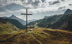 THEMENBILD - Gipfelkreuz am Simmel mit der Landschaft und den umliegenden Bergen in Richtung Tirol, aufgenommen am 16. September 2020 in Hochkrumbach, Oesterreich // Summit cross at the Simmel with the landscape and the surrounding mountains in view direction to Tyrol. in Hochkrumbach, Austria on 2020/09/16. EXPA Pictures © 2020, PhotoCredit: EXPA/ JFK