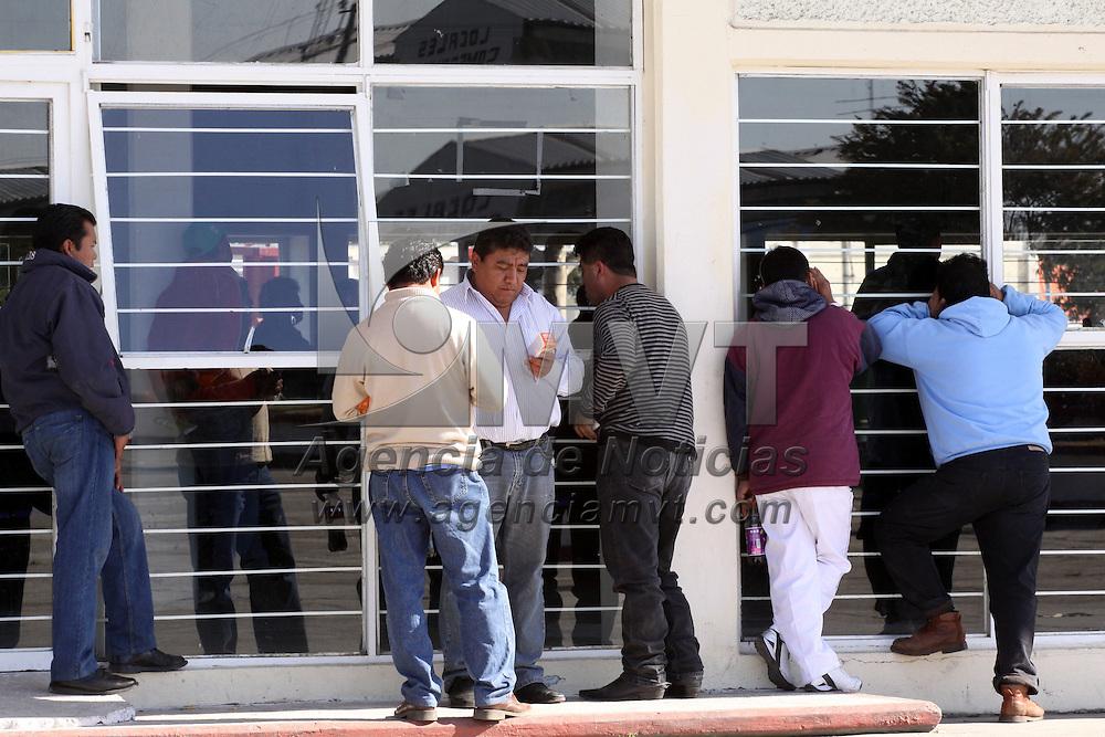 TOLUCA, México.- El Comité de Administración de la Central de Abastos en Toluca, rindió a puerta serrada un informe de actividades, ante poco más de 160 condóminos, en una asamblea,  reunión que se llevó en orden sin problemas como los ocurridos el pasado 20 de octubre, cuando fueron obligados por un grupo de condóminos inconformes a entregar las oficinas de la administración. Agencia MVT / José Hernández. (DIGITAL)