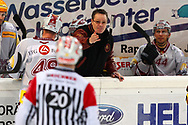 08.Maerz 2012; Rapperswil-Jona; Eishockey NLA - Rapperswil-Jona Lakers - Geneve-Servette HC; Trainer Chris McSorley (Genf) redet mit Schiedsrichter Marc Wiegand<br />  (Thomas Oswald)