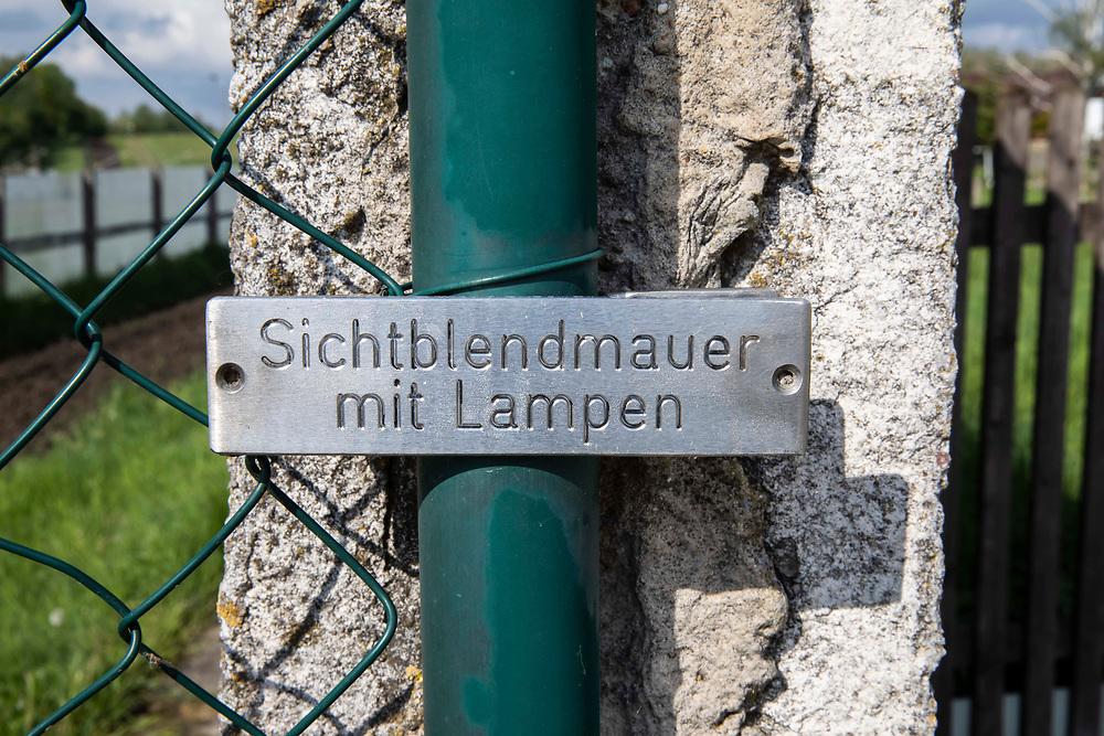 Grenzdenkmal der innerdeutschen Grenze in Hötensleben, Sachsen-Anhalt, Deutschland, 4. Mai 2020<br /> <br /> PICTURED; Sichtblendmauer mir Lampen