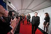 Edwin de Vries loopt over de rode loper langs de pers. In Utrecht is het Nederlands Film Festival van start gegaan met de premiere van de film De Bende Van Oss. De premiere van de film wordt bezocht door veel bekende Nederlanders.<br /> <br /> Edwin de Vries, a Dutch actor, is passing the press at the red carpet during the openings evening of the  Dutch film festival NFF.