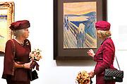 Koningin Sonja van Noorwegen en prinses Beatrix hebben woensdag in Amsterdam een expositie geopend rond de Noorse kunstenaar Evard Munch (1863-1944). In het Van Gogh Museum in Amsterdam zijn tientallen schilderijen en tekeningen van Munch te zien, waaronder het beroemde werk 'De Schreeuw'. <br /> <br /> Queen Sonja of Norway and Princess Beatrix in Amsterdam on Wednesday opened an exhibition of the Norwegian artist Evard Munch (1863-1944). In to see the Van Gogh Museum in Amsterdam are dozens of paintings and drawings by Munch, including the famous painting The Scream.<br /> <br /> Op de foto / On the photo:  Koningin Sonja van Noorwegen en prinses Beatrix krijgen een rondleiding / Queen Sonja of Norway and Princess Beatrix get a tour