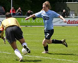 FODBOLD: Daniel Husen (Helsingør) scorer til 2-0 under målmand Anders Amstrup (Virum-Sorgenfri) under kampen i Kvalifikationsrækken, pulje 1, mellem Elite 3000 Helsingør og Virum-Sorgenfri Boldklub den 25. maj 2006 på Helsingør Stadion. Foto: Claus Birch