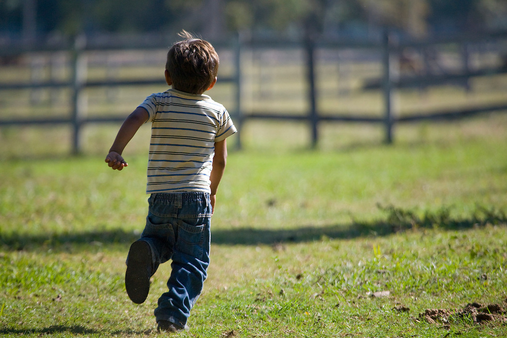Aquidauana_MS, Brasil...Crianca andando na fazenda Rio Negro no Pantanal...A child walking in Rio Negro farm in Pantanal...Foto: JOAO MARCOS ROSA / NITRO