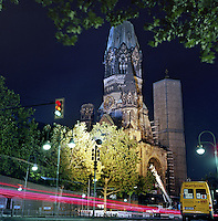 Nattlig trafikk forbi Kaiser Wilhelm Gedächtniskirche i  Kurfürstendamm i vest Berlin.<br /> <br /> Berlin street photography 2010. Gatefotografi fra Berlin i 2010.<br /> <br /> Foto: Svein Ove Ekornesvåg