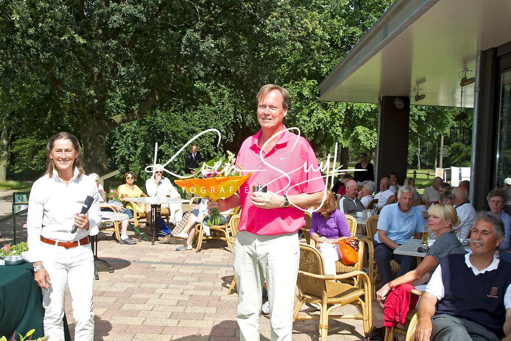 ARNHEM - Op de golfbaan de Rosendaelsche in Arnhem  het Internationaal Senioren Strokeplay Kampioenschap . links Liesbeth Leeflang, rechts , die tweede werd.  FOTO KOEN SUYK