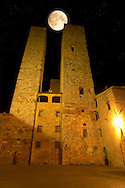 Medieval houses at night around Plazza Duomo - San Gimignano - Italy .<br /> <br /> Visit our ITALY PHOTO COLLECTION for more   photos of Italy to download or buy as prints https://funkystock.photoshelter.com/gallery-collection/2b-Pictures-Images-of-Italy-Photos-of-Italian-Historic-Landmark-Sites/C0000qxA2zGFjd_k<br /> If you prefer to buy from our ALAMY PHOTO LIBRARY  Collection visit : https://www.alamy.com/portfolio/paul-williams-funkystock/sangimignano.html