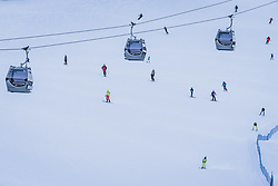 THEMENBILD - Wintersportler auf der Piste mit den Liftgondeln der Kapruner Gletscherbahnen AG, aufgenommen am 16. Januar 2021 in Kaprun, Österreich // Winter sports enthusiasts on the slopes with the lift gondolas of Kapruner Gletscherbahnen AG, Kaprun, Austria on 2021/01/16. EXPA Pictures © 2021, PhotoCredit: EXPA/ JFK