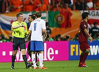 Schiedsrichter Valetin Ivanov Russland zeigt Deco Portugal dei Gelb Rote Karte rødt kort<br /> Fussball WM 2006 Achtelfinale Portugal - Niederlande<br />  Portugal - Nederland<br /> Norway only
