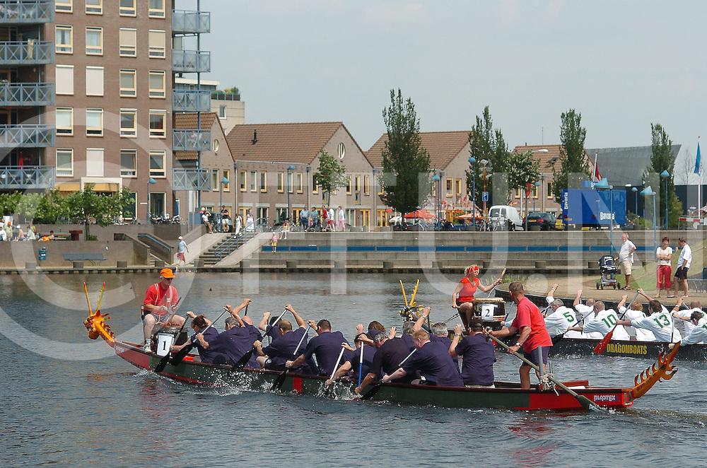 060624, hardenberg, ned,<br /> Drakenboot race op de Vecht bij het centrum tijdens de feestdagen in Hardenberg,<br /> fotografie frank uijlenbroek©2006 michiel van de velde