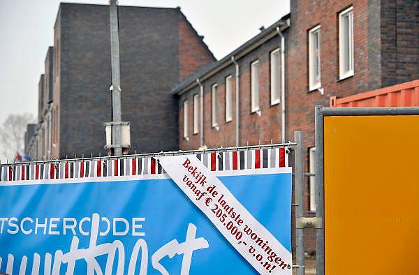 Nederland, Nijmegen, 8-9-2011Bouwvakkers zijn bezig met het bouwen van huizen in de nieuwe wijk Laauwik, onderdeel van de stadsuitbreiding van Nijmegen in Lent. Pas opgeleverde huizen die in de verkoop zijn.Foto: Flip Franssen/Hollandse Hoogte