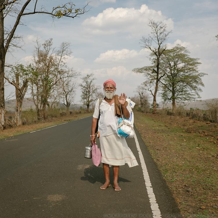 A barefoot Hindu pilgrim circumambulating the holy Naramda river.<br /> Madhya Pradesh Province.