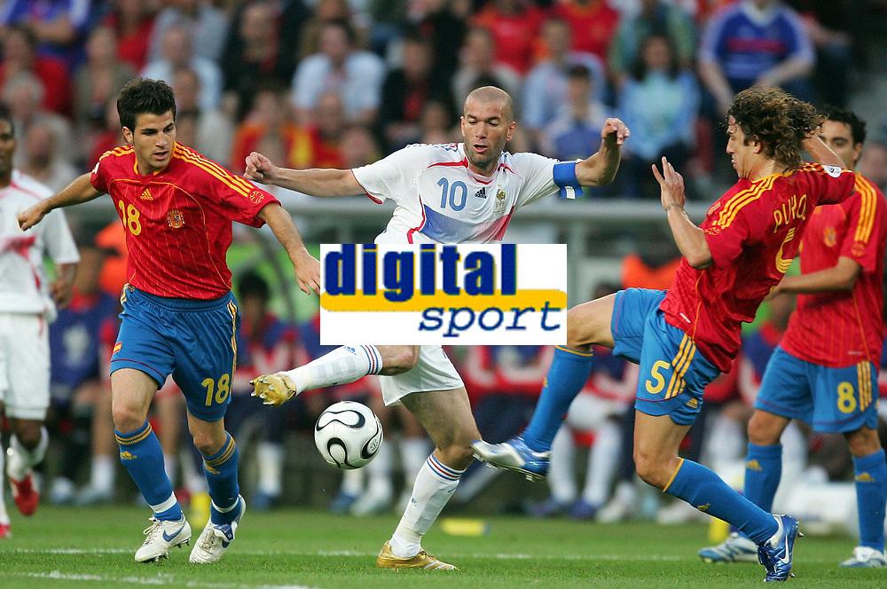 v.l. Cesc Fabregas, Zinedine Zidane Frankreich, Carlos Puyol<br /> Fussball WM 2006 Achtelfinale Spanien - Frankreich<br /> Spania - Frankrike<br /> Norway only