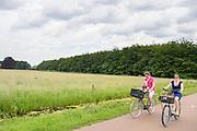 In de omgeving van De Bilt rijdt een gezin op de fiets.<br /> <br /> In De Bilt a family is cycling.