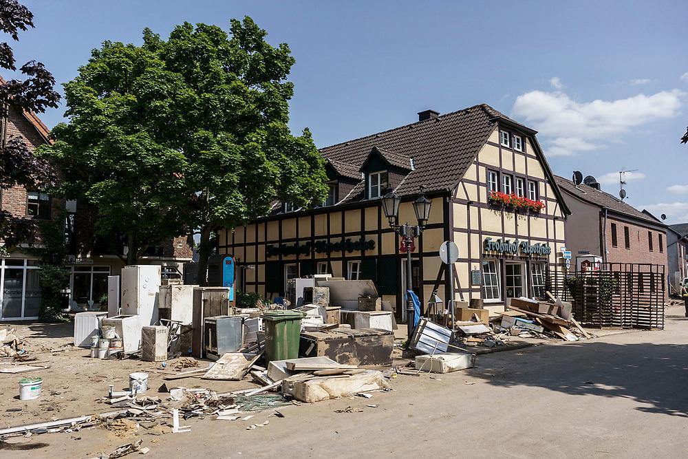 Swisttal, DEU, 21.07.2021<br /> <br /> Schäden durch langanhaltende Regenfälle und Überschwemmung in Swisttal-Heimerzheim, im Bild die Frohnhof-Apotheke<br /> <br /> Clean-up work in the village of Heimerzheim (municipality of Swisttal), the village center was severely damaged by flooding of the Swistbach after prolonged rainfall.<br /> <br /> Foto: Bernd Lauter/berndlauter.com
