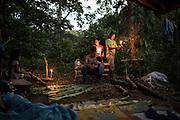 L'établissement d'un campement peut prendre une heure, il se termine souvent avec l'arrivée de la nuit.<br /> <br /> Setting up a camp can take up to an hour, often ending with the arrival of nightfall.