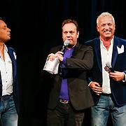 NLD/Amsterdam/20130121 - CD presentatie Geloof, Hoop en Liefde van LA the Voices, cd overhandiging door Carlo Boszhard