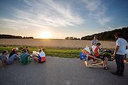 Terwijl teamleden buiten het RDW terrein eten, probeert Robert Braam of hij in de VeloX V past.  In september wil het Human Power Team Delft en Amsterdam, dat bestaat uit studenten van de TU Delft en de VU Amsterdam, een poging doen het wereldrecord snelfietsen te verbreken, dat nu op 133,8 km/h staat tijdens de World Human Powered Speed Challenge.<br /> <br /> While team members eat just outside the testing area, Robert Braam tries if he fits in the VeloX V. With the special recumbent bike the Human Power Team Delft and Amsterdam, consisting of students of the TU Delft and the VU Amsterdam, also wants to set a new world record cycling in September at the World Human Powered Speed Challenge. The current speed record is 133,8 km/h.