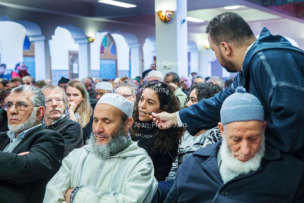 Nederland, Amsterdam, 5 maart 2017.<br /> Op zondag 5 maart om 14.00 uur organiseren het Comité 21 maart en het Collectief Tegen Islamofobie en Discriminatie een solidariteitsbijeenkomst in de Grote Moskee van Amsterdam aan de Weesperzijde 76. Iedereen is uitgenodigd om zijn solidariteit met moslims te tonen. In het huidige politieke klimaat is de rechtsstaat onder druk komen te staan en biedt zij volgens meerdere partijen niet aan alle burgers gelijke bescherming. Daarom zullen we samen een geluid laten horen tegen de haatzaaiende verhalen en met zoveel mogelijk verschillende mensen solidariteit tonen met moslims. Dit is hard nodig omdat zij vaak niet alleen doelwit voor extreem-rechts zijn, maar ook voor religieus extremisme. <br /> De islam en moslims worden vandaag de dag over het hele politieke spectrum geproblematiseerd en dat zorgt voor een gevoel van angst en onveiligheid. Op deze dag komen organisaties die zich inzetten voor de rechten van vrouwen en homo's, tegen anti-zwart racisme en islamofobie, vakbonden en migrantenorganisaties samen om deze angst te vervangen door binding en inclusiviteit. Naast het tonen van solidariteit willen de organisaties iedereen oproepen om naar de stembus te gaan en actief deel te nemen aan het publieke debat. <br /> Gespreksleider is: Yassin El Forkani (Jongerenimam)<br />  <br /> <br /> <br /> Foto: Jean-Pierre Jans