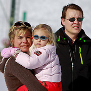 AUD/Lech/20110219 - Fotosessie Nederlandse Koninklijke Familie 2011 op wintersport in Lech, Laurentien en dochter Leonore en partner Constantijn