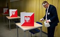 Bialystok, 28.06.2020. Wybory prezydenckie 2020. N/z przygotowania do otwarcia OKW nr 82; dezynfekcja lokalu fot Michal Kosc / AGENCJA WSCHOD