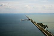 Nederland, Flevoland, IJsselmeer, 14-07-2008; Houtribdijk verbindt Enkhuizen en Lelystad en deelt het IJsselmeer in IJsselmeer en Markermeer; links in het IJsselmeer de werkhaven Trintelhaven ( nu vluchthaven ); .de dijk is oorpronkelijk aangelegd om het Markeermeer in te polderen (Markerwaard), deze inpoldering maakte reeds deel uit van de Zuiderzeewerken; andere namen voor de dijk zijn: Markerwaarddijk, Lelydijk en Dijk Enkhuizen-Lelystad N302; toekomst, algen, licht, leeg, leegte, Lely, . .luchtfoto (toeslag); aerial photo (additional fee required); .foto Siebe Swart / photo Siebe Swart