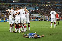 13.07.2014, Maracana, Rio de Janeiro, BRA, FIFA WM, Deutschland vs Argentinien, Finale, im Bild Grenzenlose Freude bei der deutschen Mansnchaft nach dem 1:0 durch Mario Goetze (GER) in der Verlaengerung. Vorne ein enttaeuschter Javier Mascherano (ARG) // during Final match between Germany and Argentina of the FIFA Worldcup Brazil 2014 at the Maracana in Rio de Janeiro, Brazil on 2014/07/13. EXPA Pictures © 2014, PhotoCredit: EXPA/ Eibner-Pressefoto/ Cezaro<br /> <br /> *****ATTENTION - OUT of GER*****