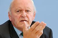 """30 SEP 2003, BERLIN/GERMANY:<br /> Roman Herzog, Bundespraesident a.D. und Vorsitzender der Kommission, Pressekonferenz zum Abschlussbericht der CDU-Kommission """"Soziale Sicherheit"""", Bundespressekonferenz<br /> IMAGE: 20030930-03-033<br /> KEYWORDS: Renten-Kommission, Bundespräsident, BPK"""