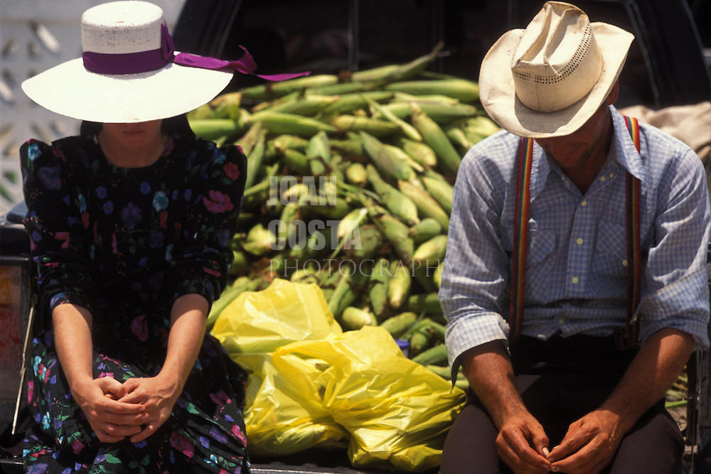 BELIZE / Corozal / Amish couple selling their fruit at the food market...© JOAN COSTA